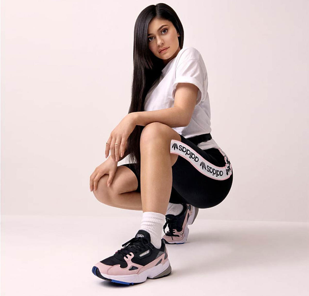 Kylie Jenner w sneakarsach Adidas Falcon