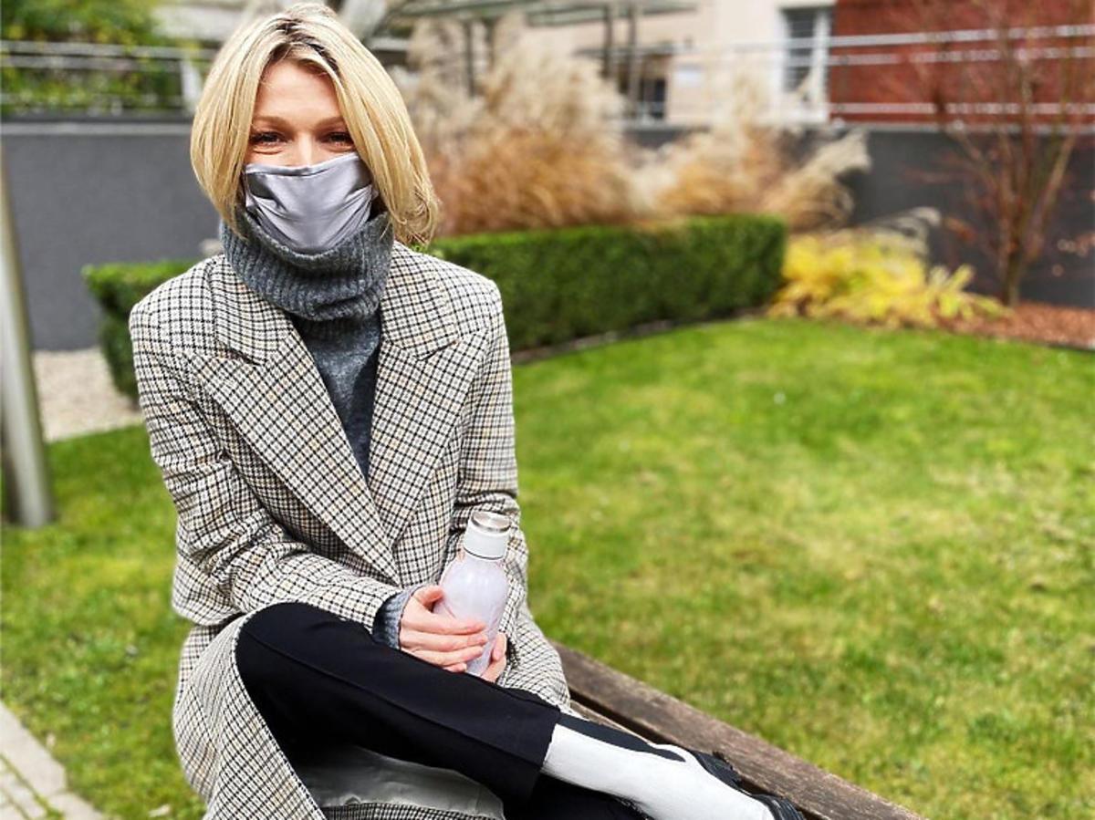 Magda Mołek w płaszczu z H&M i w biało-czarnych botkach