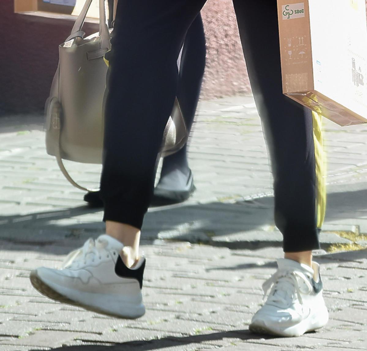 Małgorzata Kożuchowska w białych sneakersach