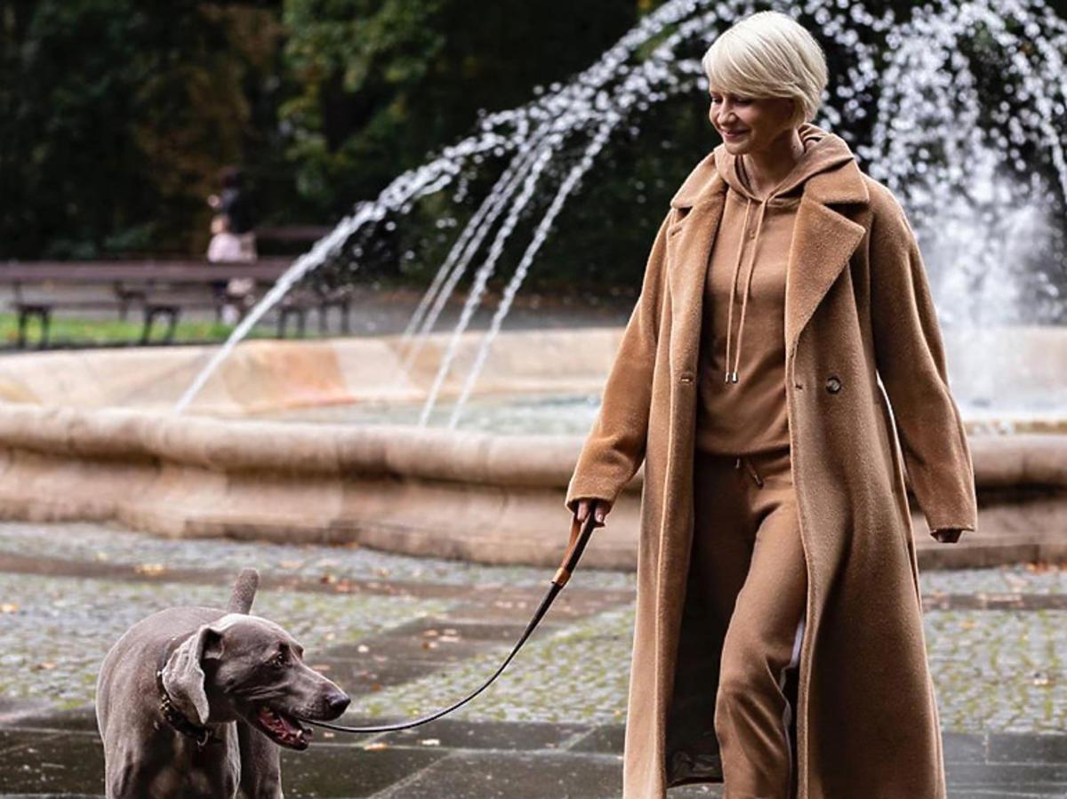 Małgorzata Kożuchowska w karmelowym płaszczu i czarnych ciężkich botkach