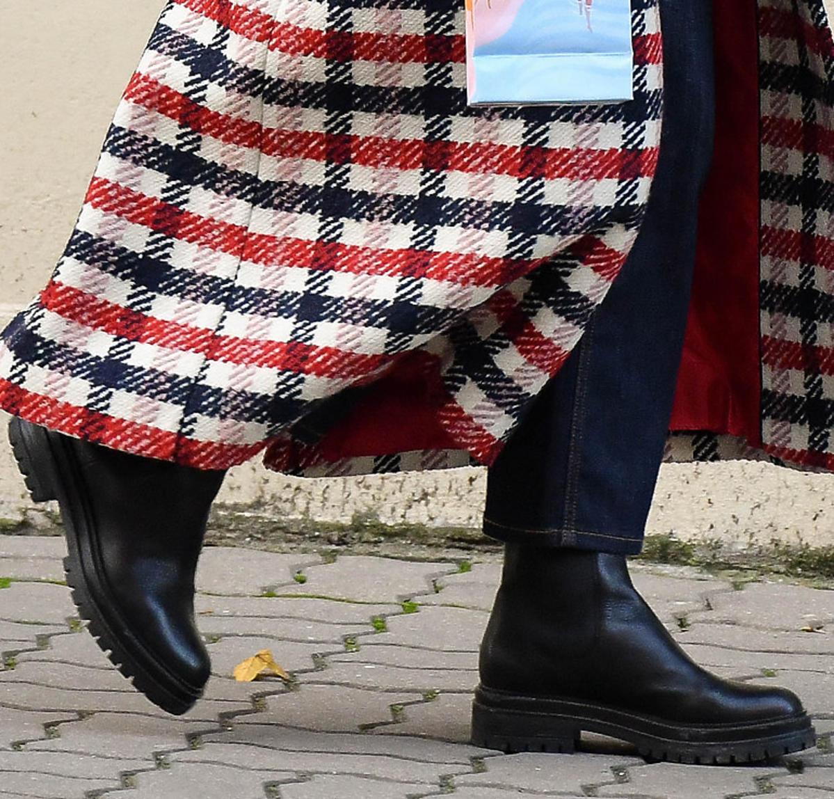 Małgorzata Kożuchowska w płaszczu maxi w kratę i czarnych ciężkich botkach