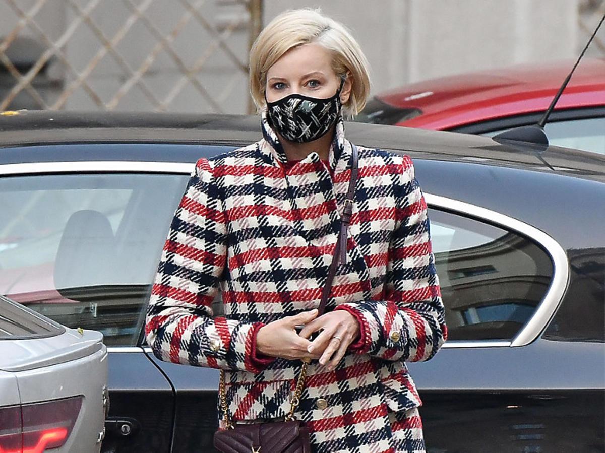 Małgorzata Kożuchowska w płaszczu maxi w kratę i czarnych ciężkich botkach, z torebką Yves Saint Laurent