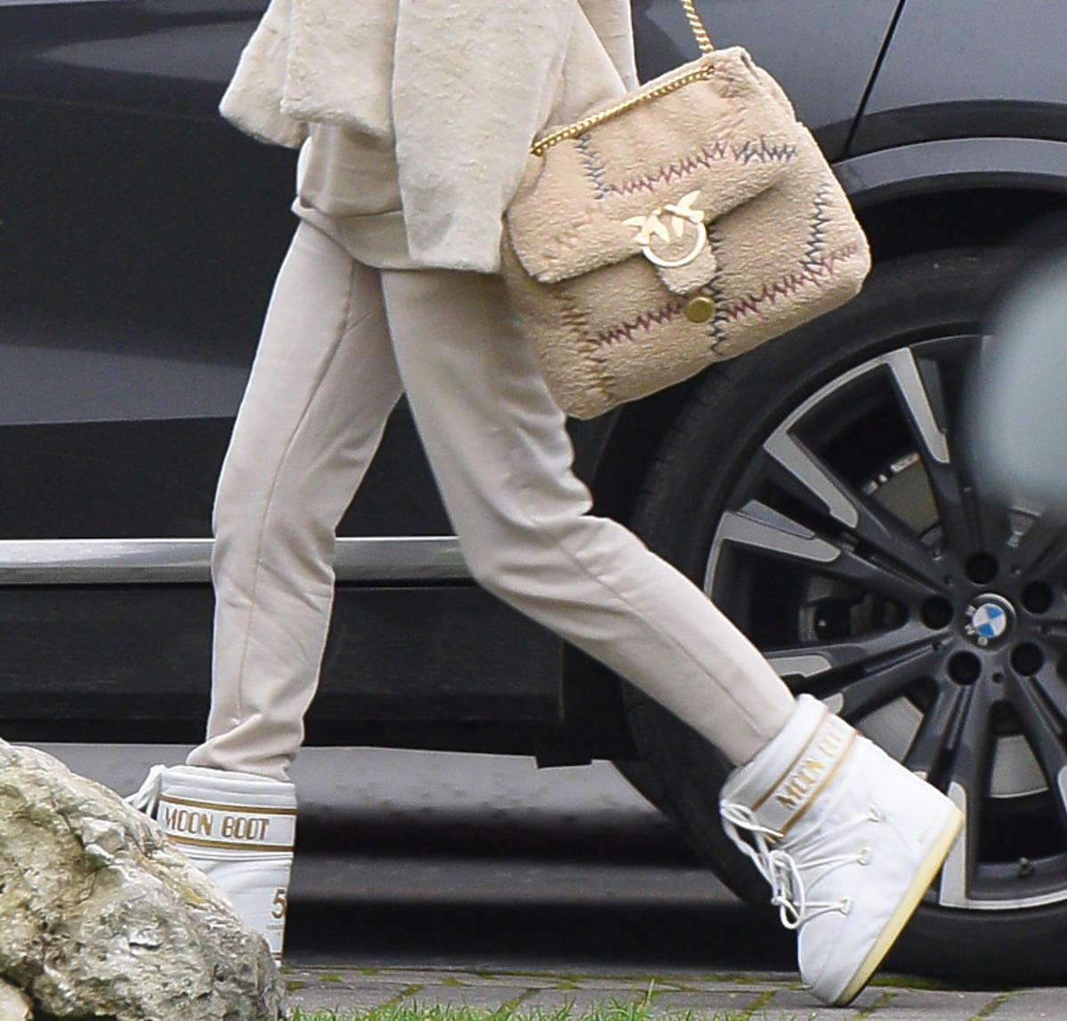 Małgorzata Rozenek w Moon Boots i z torebką Pinko