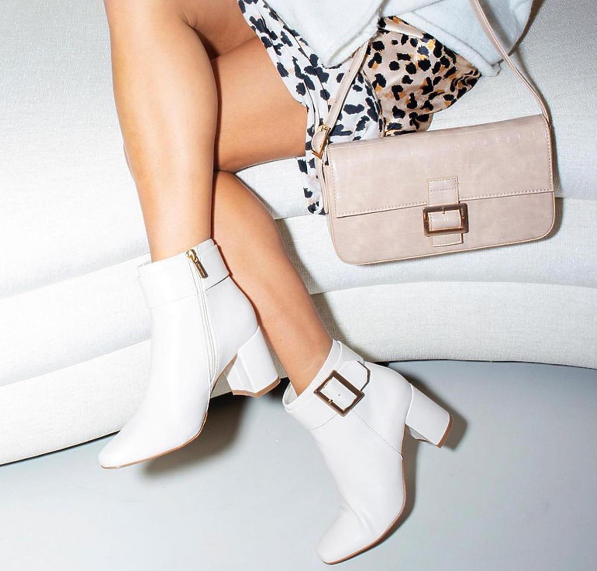 Moda zima 2021. Julia Wieniawa w białych botkach z CCC