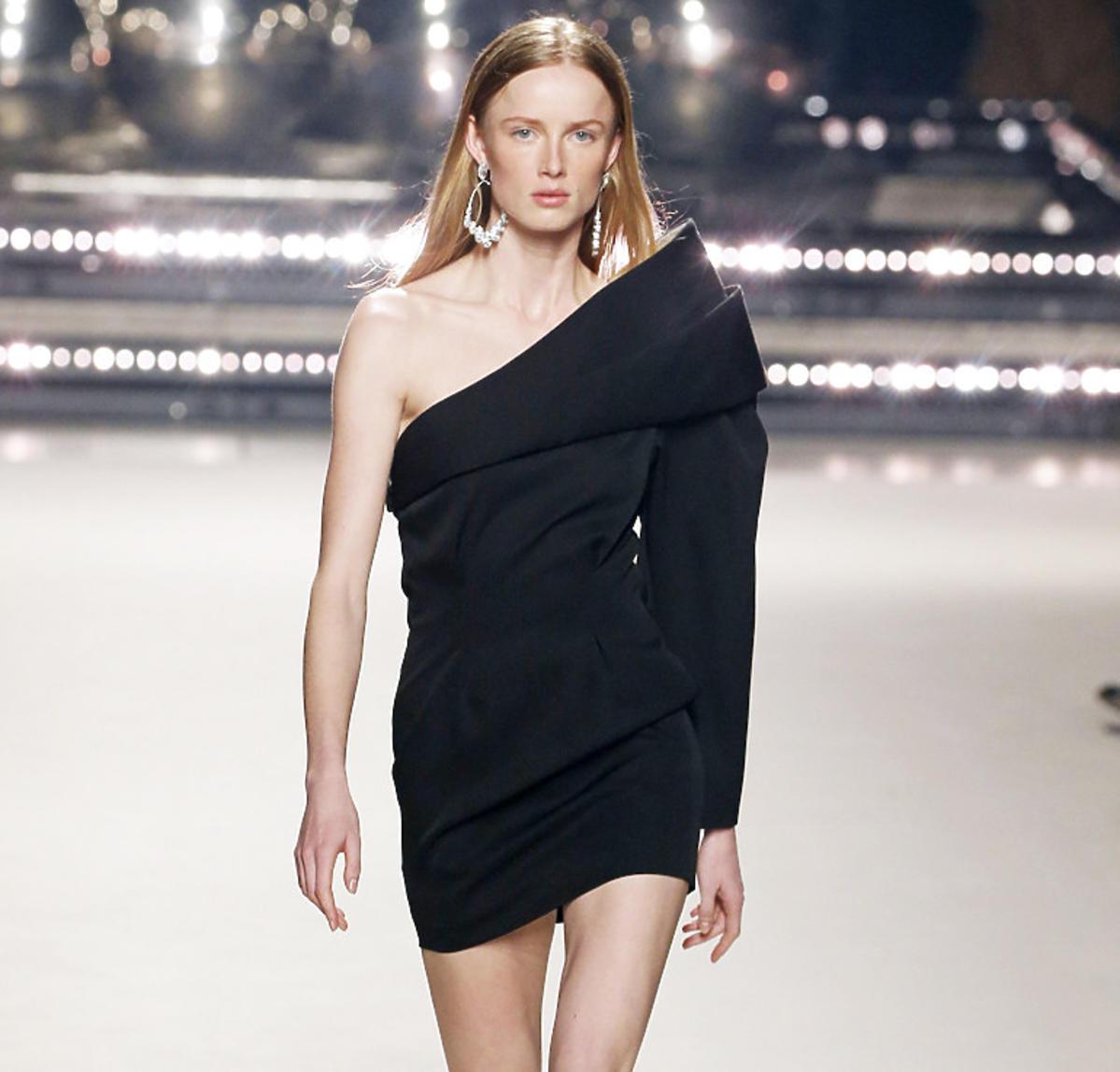 Modelka w czarnej sukience Isabel Marant na sezon jesień/zima 2020
