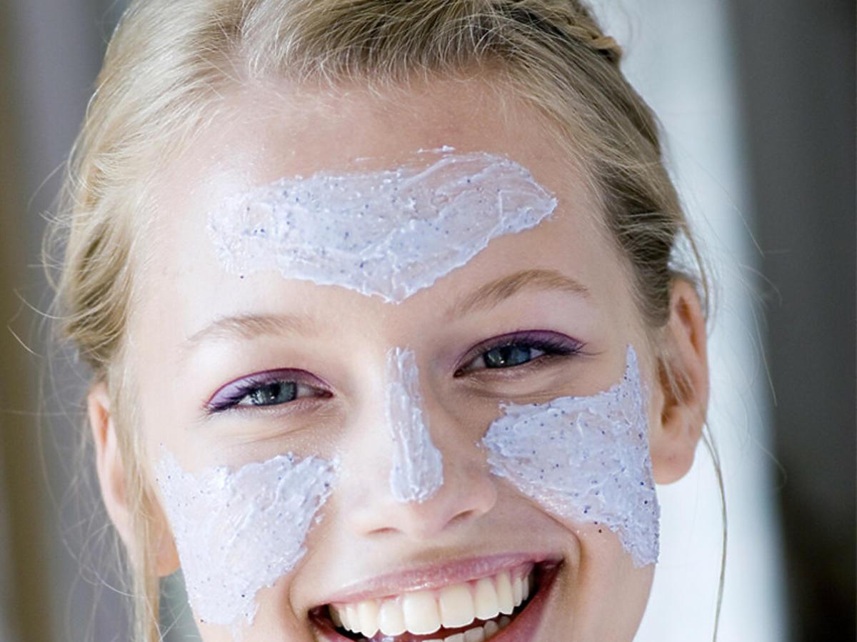 Modelka z maseczką na twarz