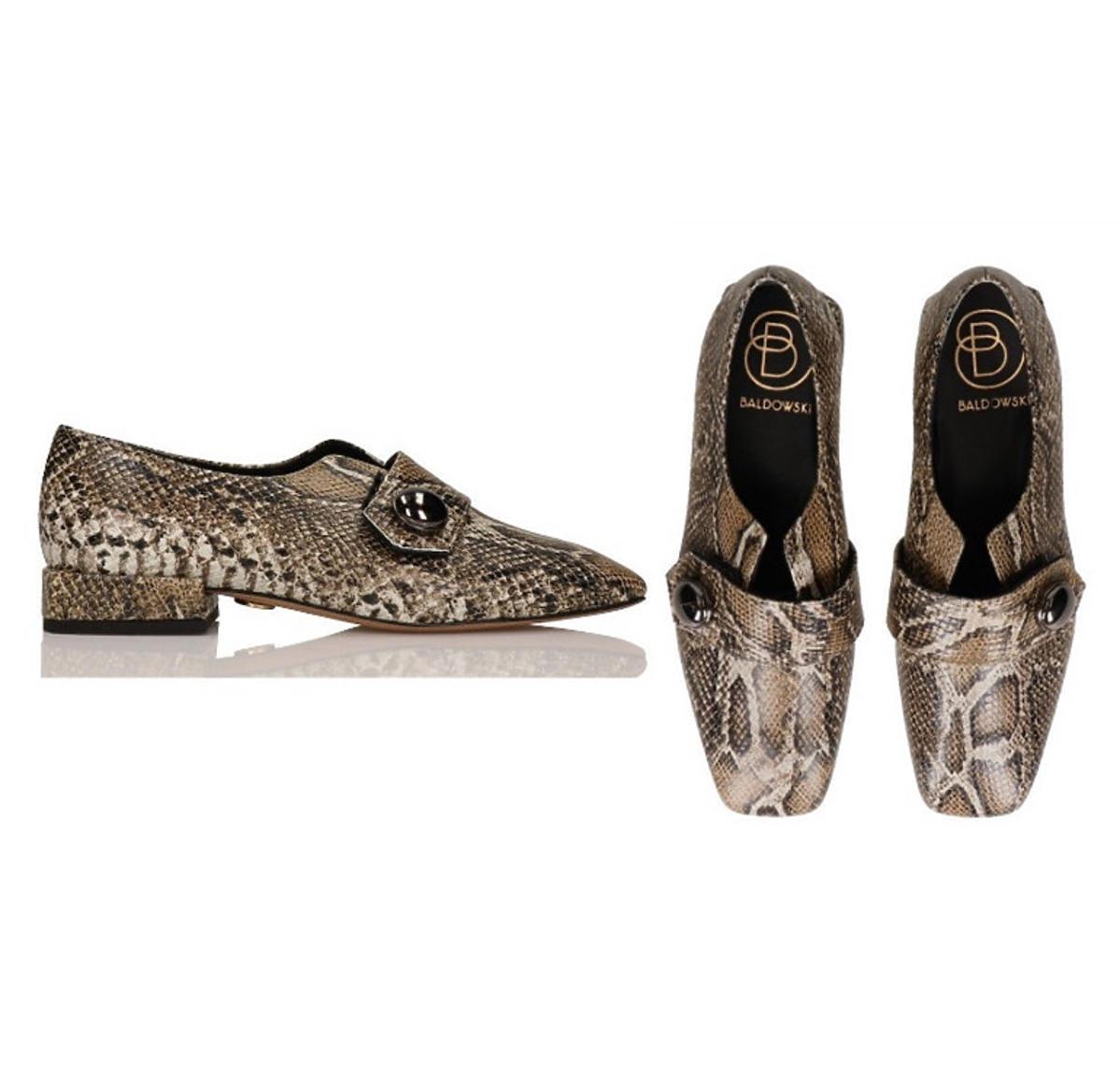 Mokasyny wykonane z imitacji wężowej skóry, Baldowski, 490 złotych.