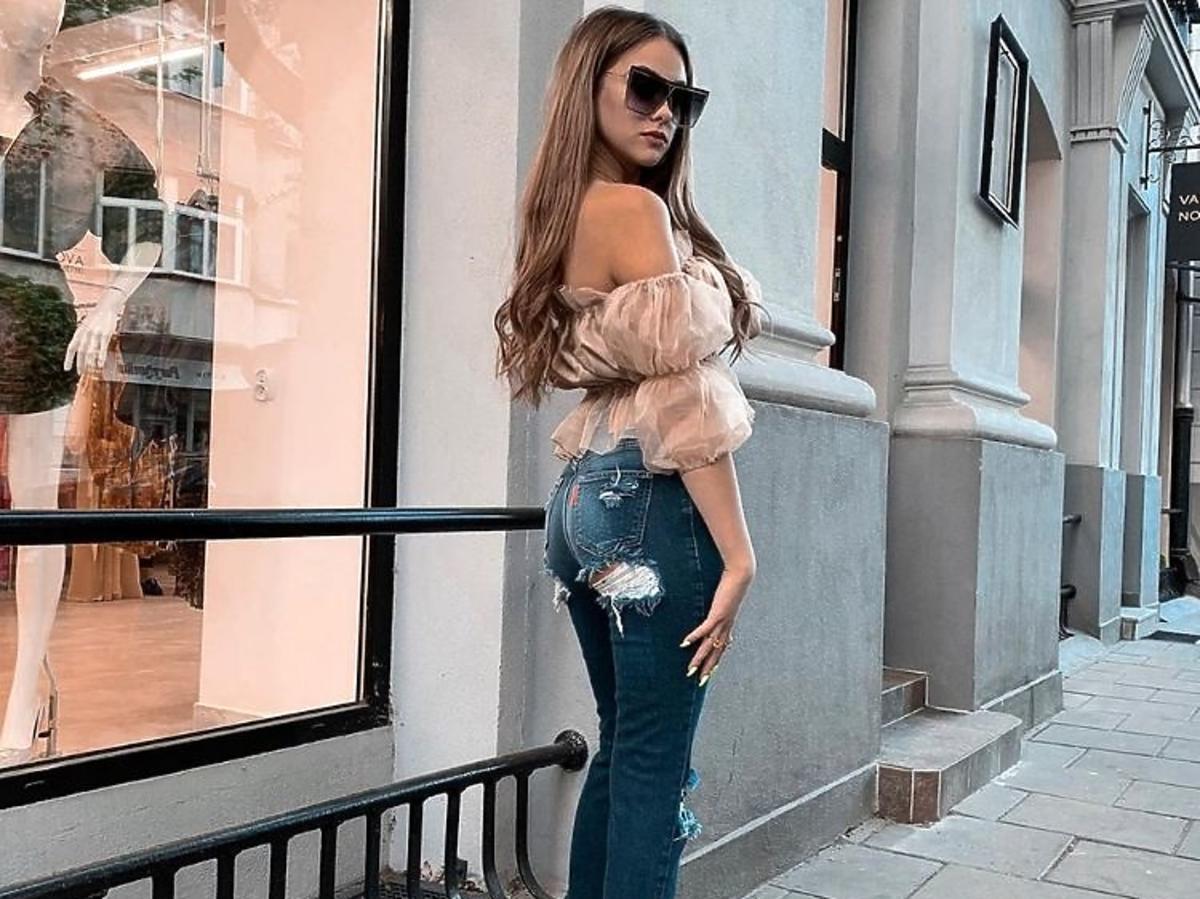 Natalia Przybysz w dżinsach Miss Denim i bluzce Joanna Muzyk Atelier