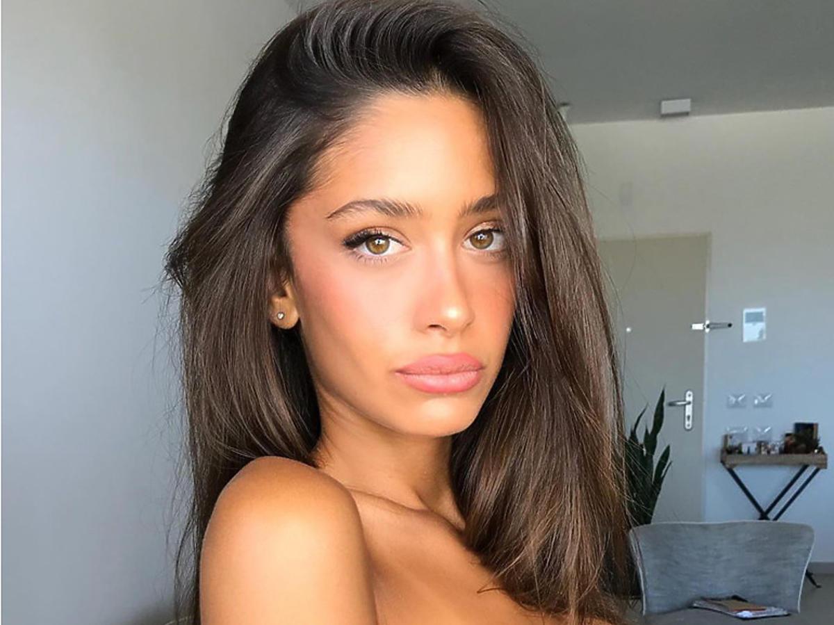 Opalona modelka w delikatnym makijażu
