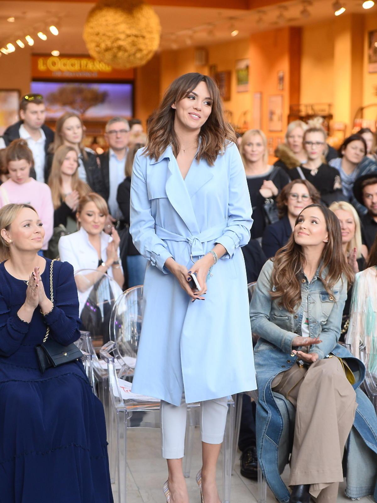 Paulina Krupińska w ciąży w błękitnym płaszczu na evencie marki kosmetycznej