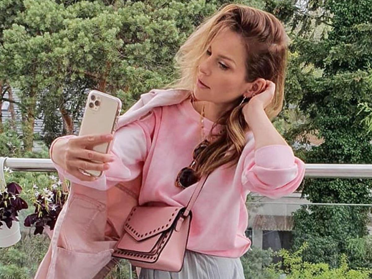 Paulina Sykut w szarej spódnicy za 50 złotych z Sinsay