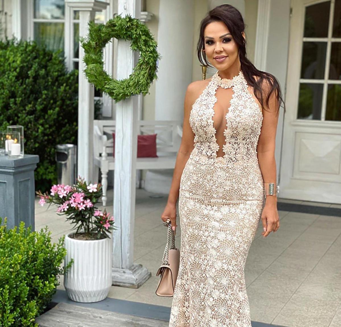 Sylwia Bomba z Gogglebox w białej koronkowej sukience na ślubie koleżanki