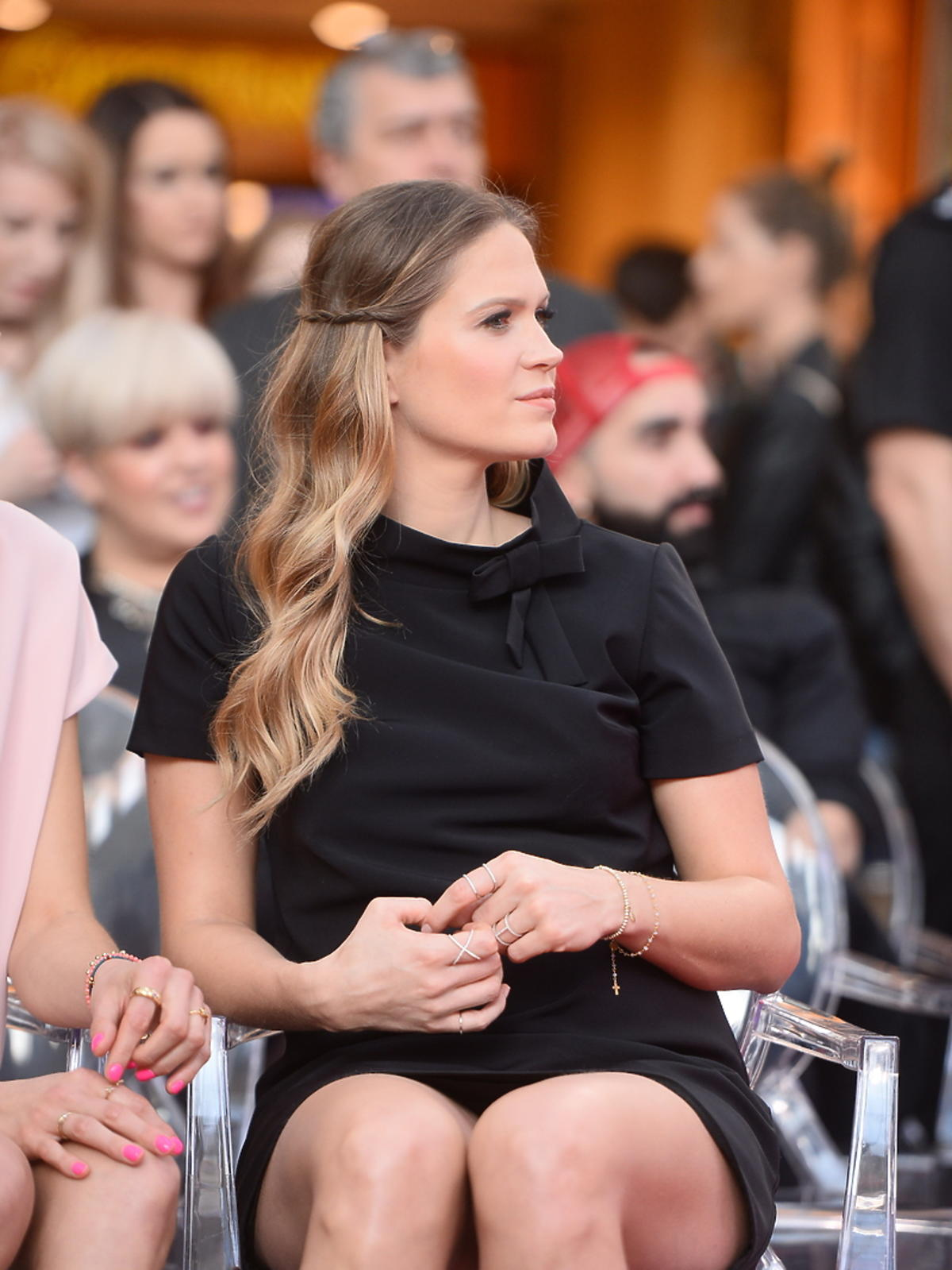 Zosia Ślotała w czarnej sukience mini na evencie marki kosmetycznej