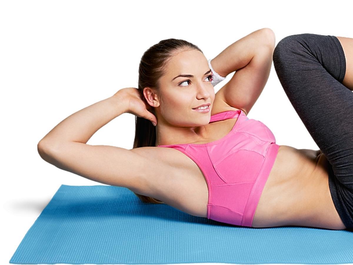 Kobieta ćwicząca brzuszki