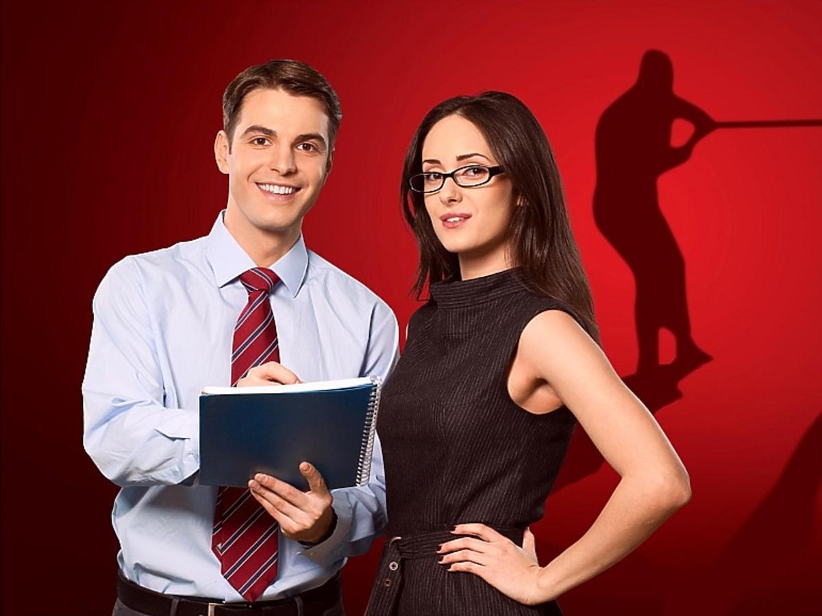 kobieta i mężczyzna w strojach biurowych
