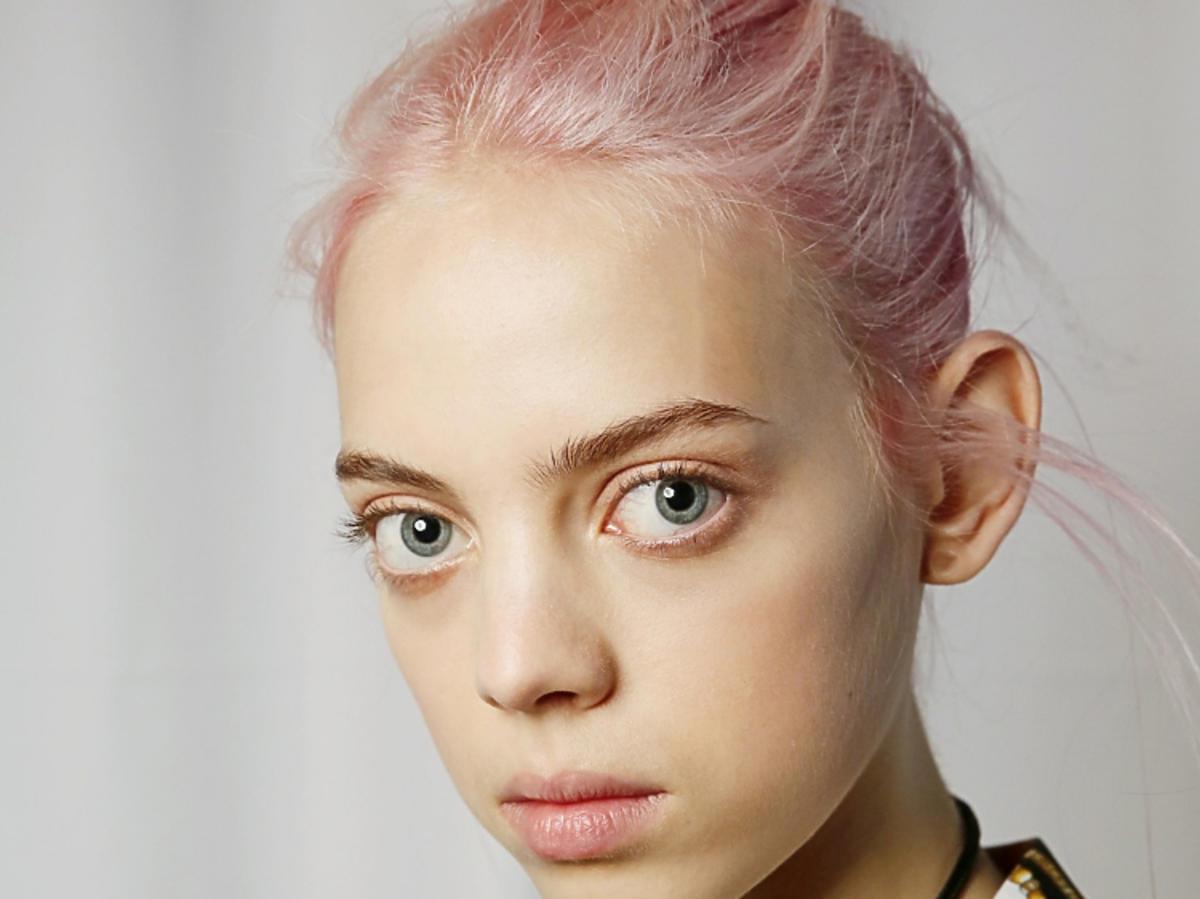 Modne fryzury 2019: różowe włosy/Delpozo