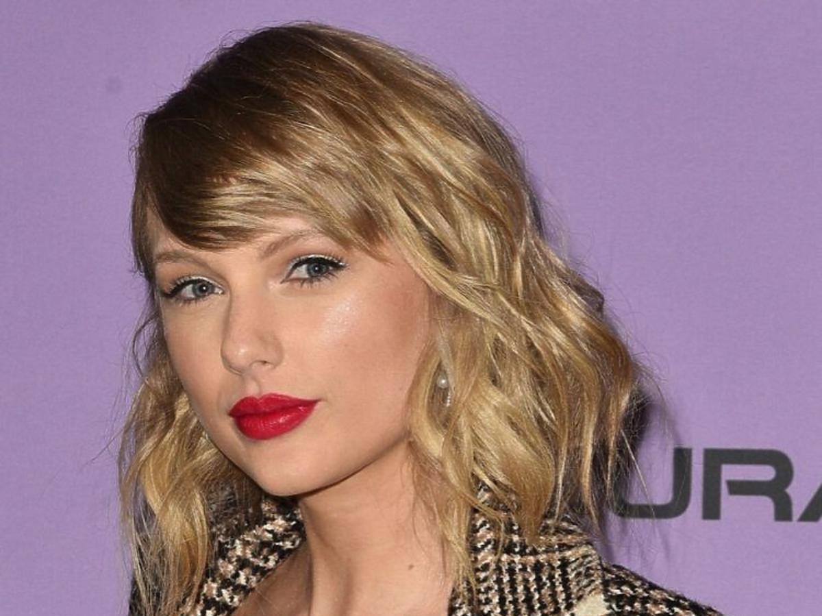 Trendy 2020: modne fryzury z półdługich włosów /Taylor Swift
