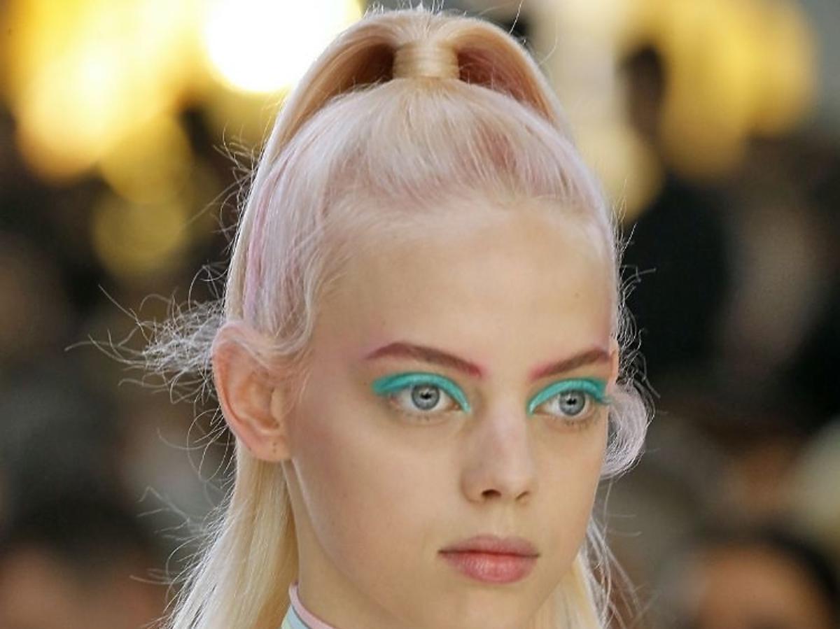 Trendy we fryzurach na lato 2019: pastelowe włosy /Byblos