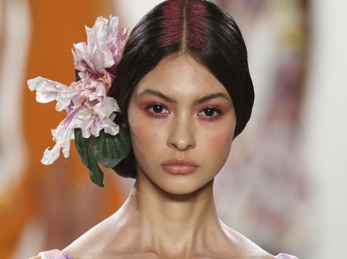Trendy we fryzurach na lato 2019: pastelowe włosy /La Petite Robe