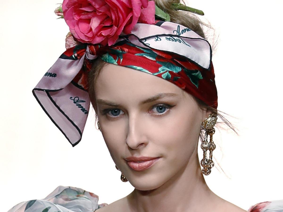 Trendy we fryzurach na wiosnę 2019: chustki na głowie/ Dolce & Gabbana