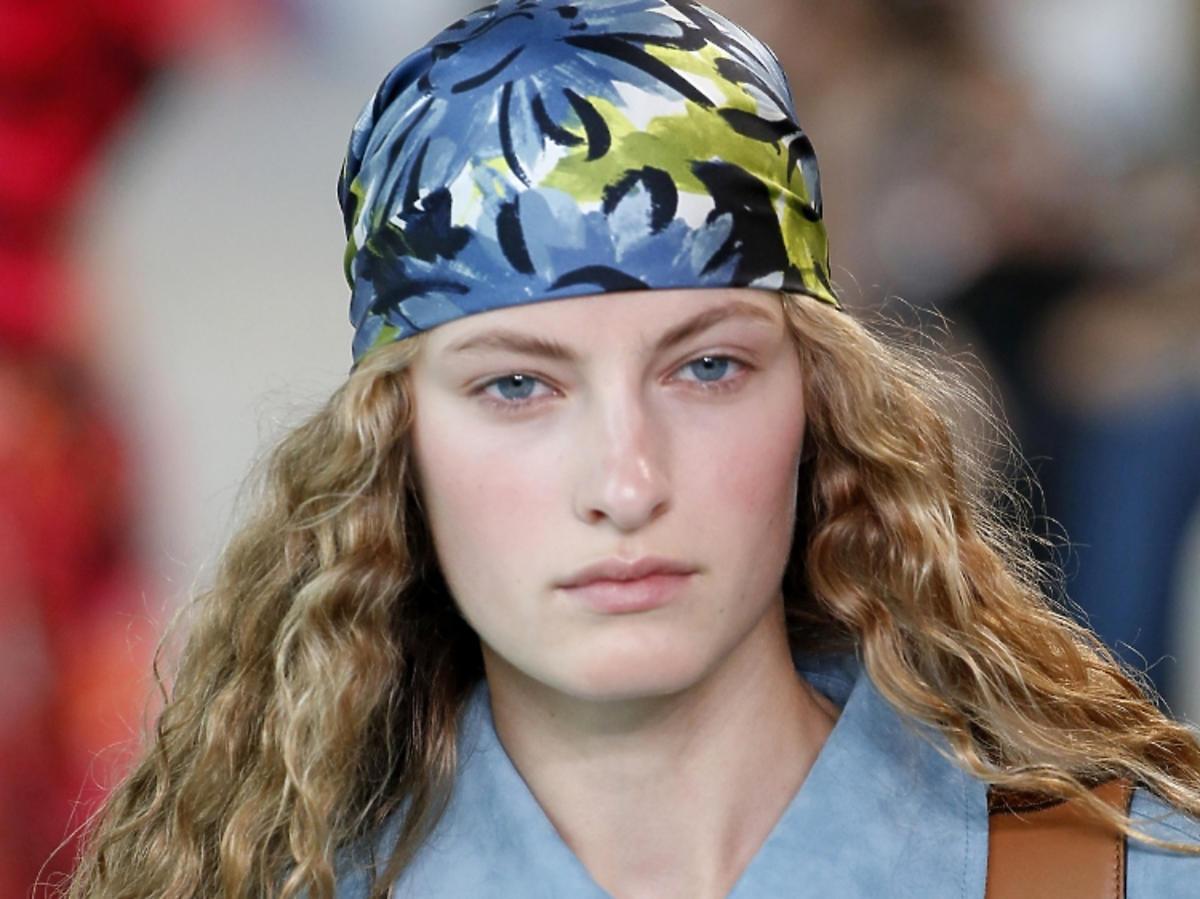 Trendy we fryzurach na wiosnę 2019: chustki na głowie /Michael Kors