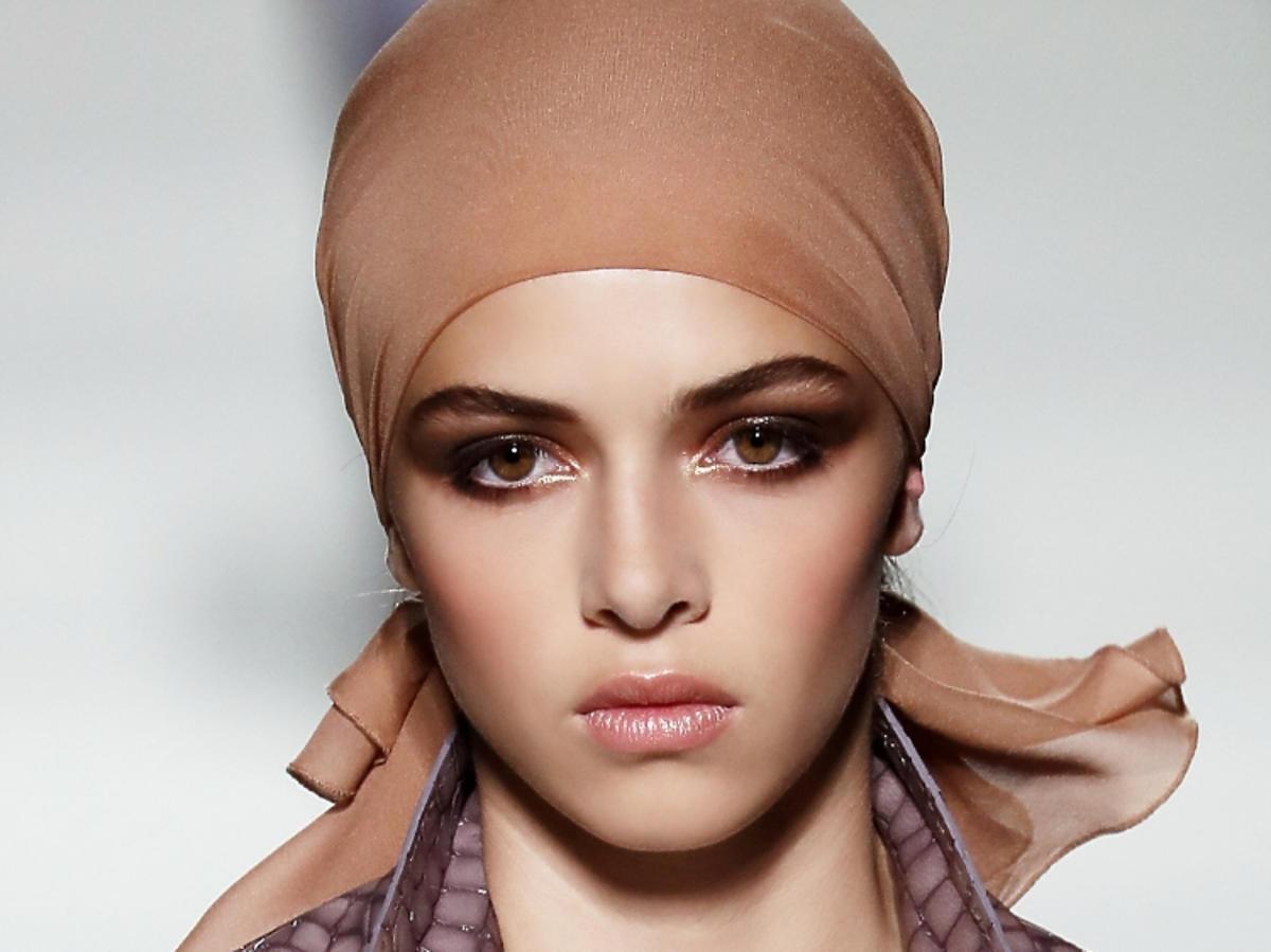 Trendy we fryzurach na wiosnę 2019: chustki na głowie /Tom Ford