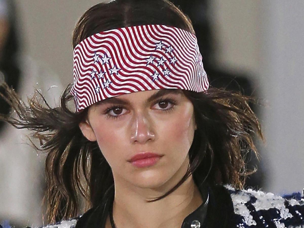 Trendy we fryzurach na wiosnę 2019: chustki na głowie/Alexander Wang