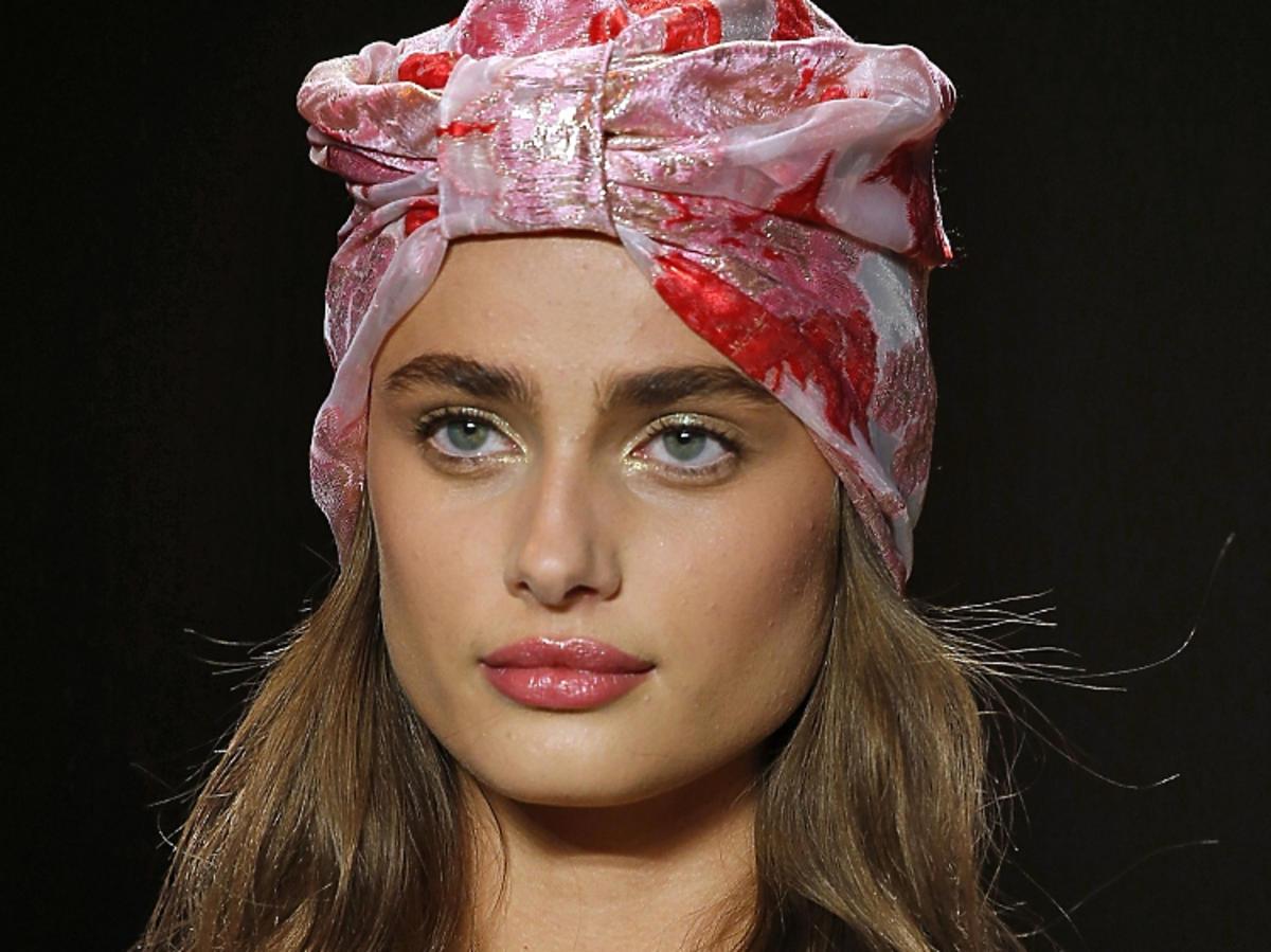 Trendy we fryzurach na wiosnę 2019: chustki na głowie/Anna Sui