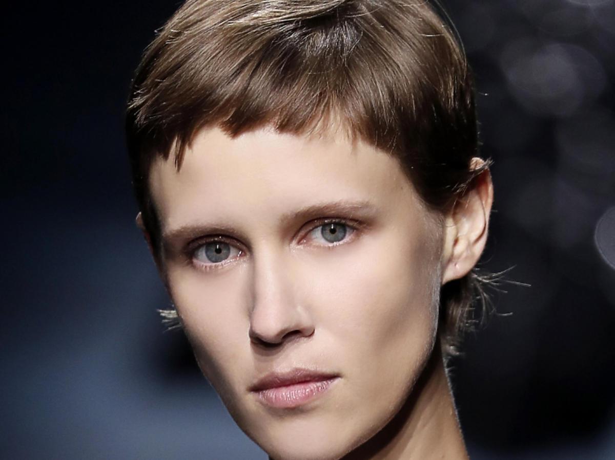 Trendy we fryzurach na wiosnę 2019: krótkie włosy, pixie/Givenchy