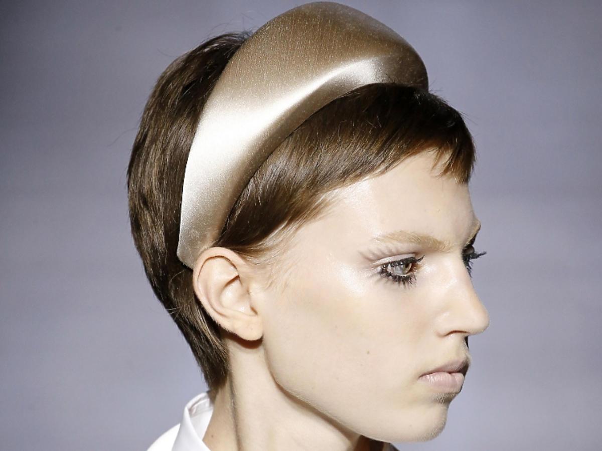 Trendy we fryzurach na wiosnę 2019: krótkie włosy, pixie/Prada
