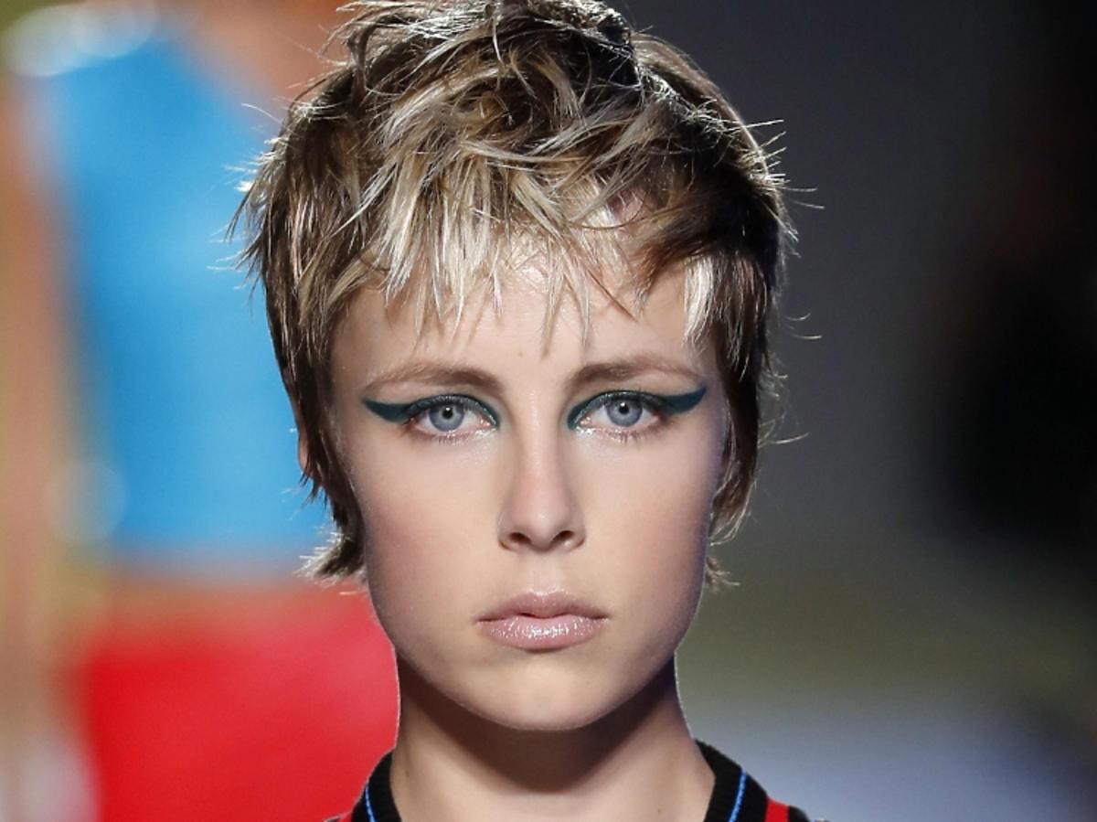 Trendy we fryzurach na wiosnę 2019: krótkie włosy, pixie/Versace