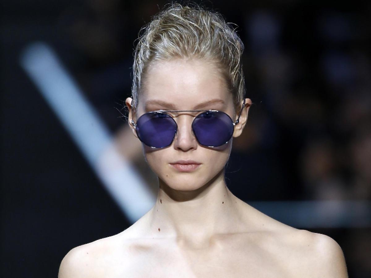 Trendy we fryzurach na wiosnę 2019: wet look/Emporio Armani