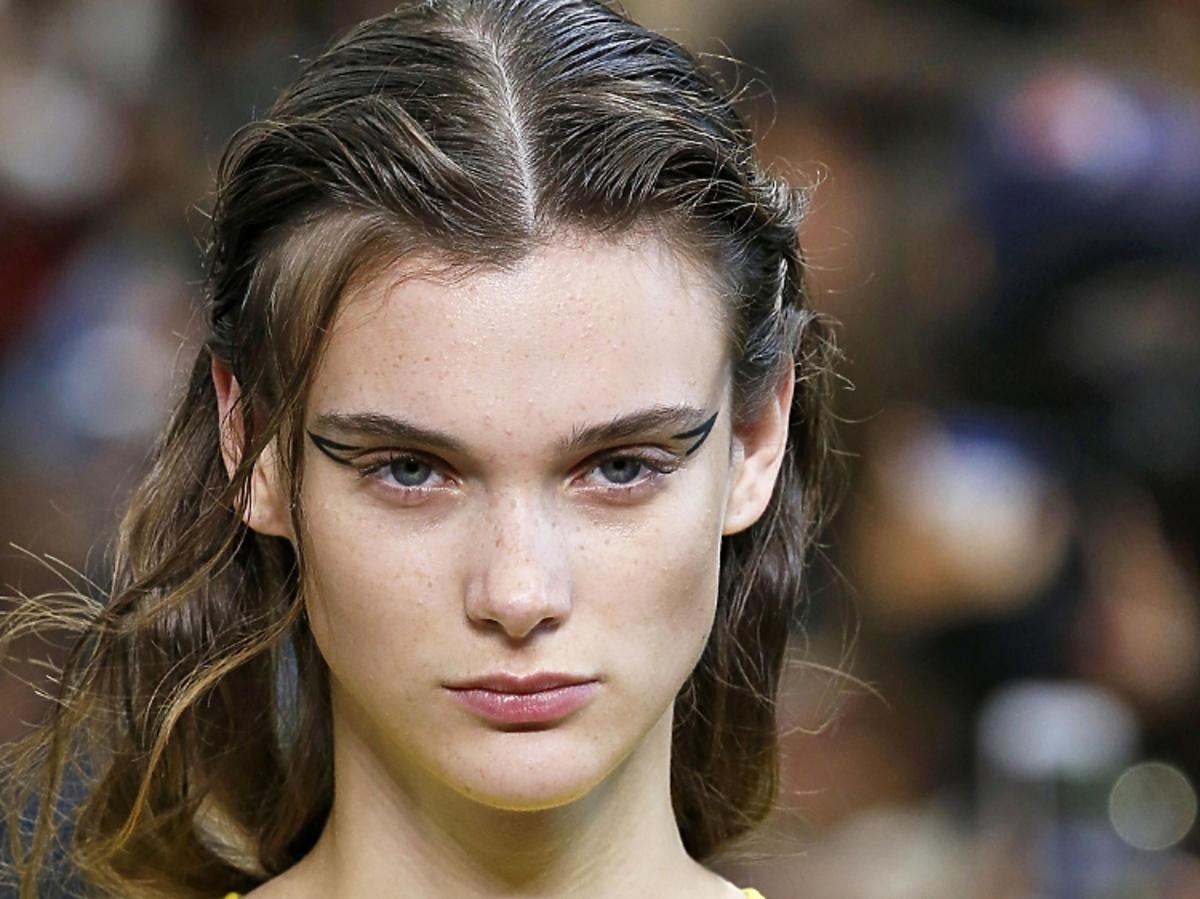 Trendy we fryzurach na wiosnę 2019: wet look/Rochas