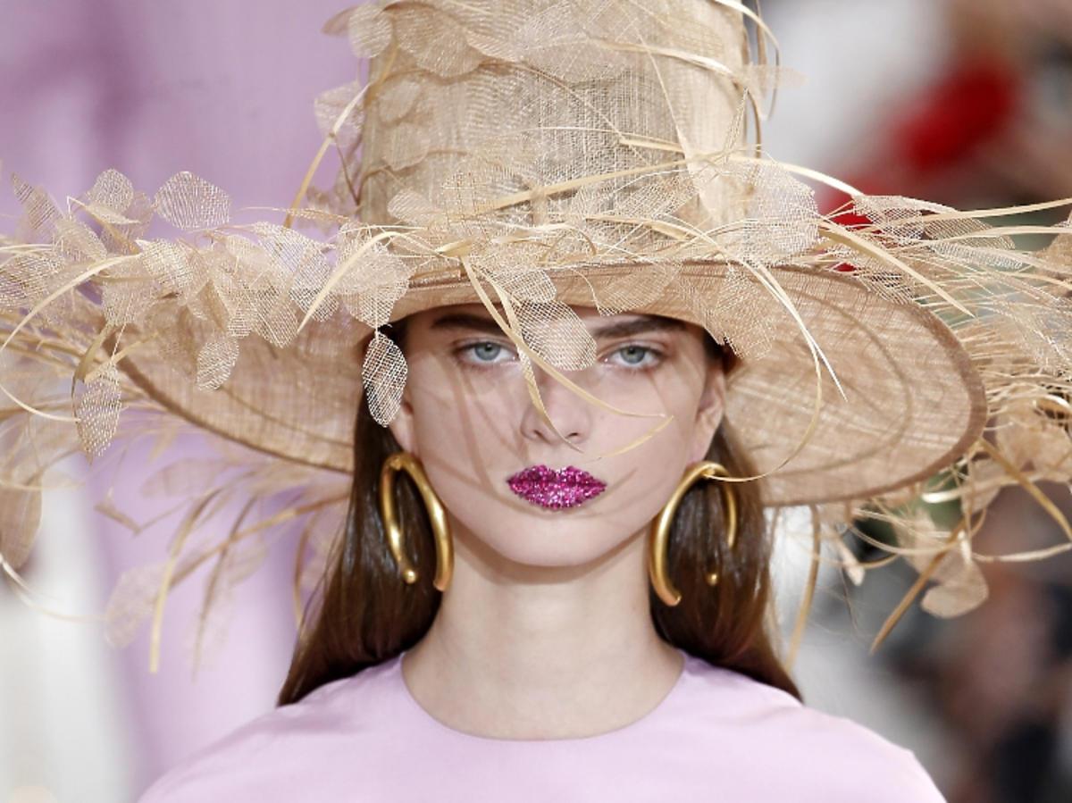 Makijaż na wiosnę 2019: fioletowe usta.  Valentino