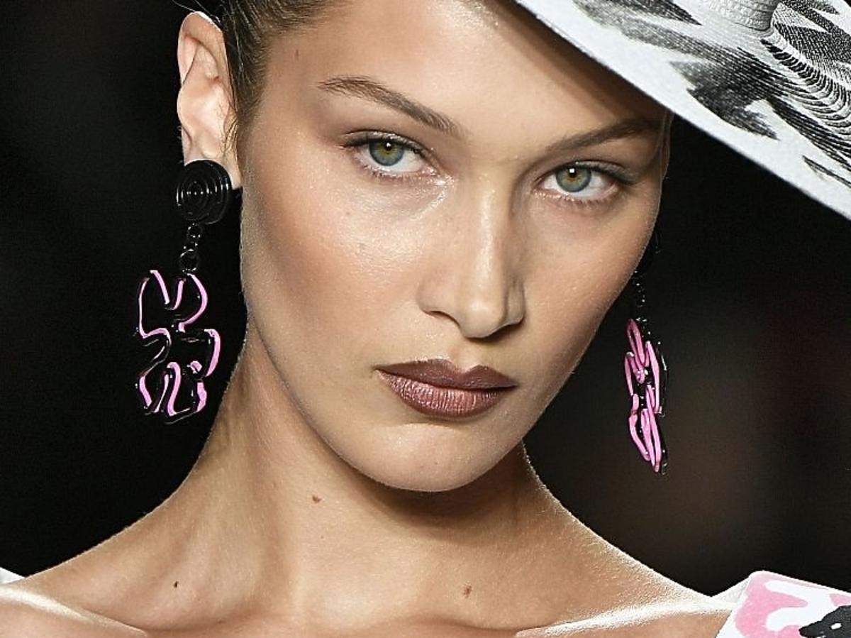 Brązowe usta w stylu lat 90: DKNY