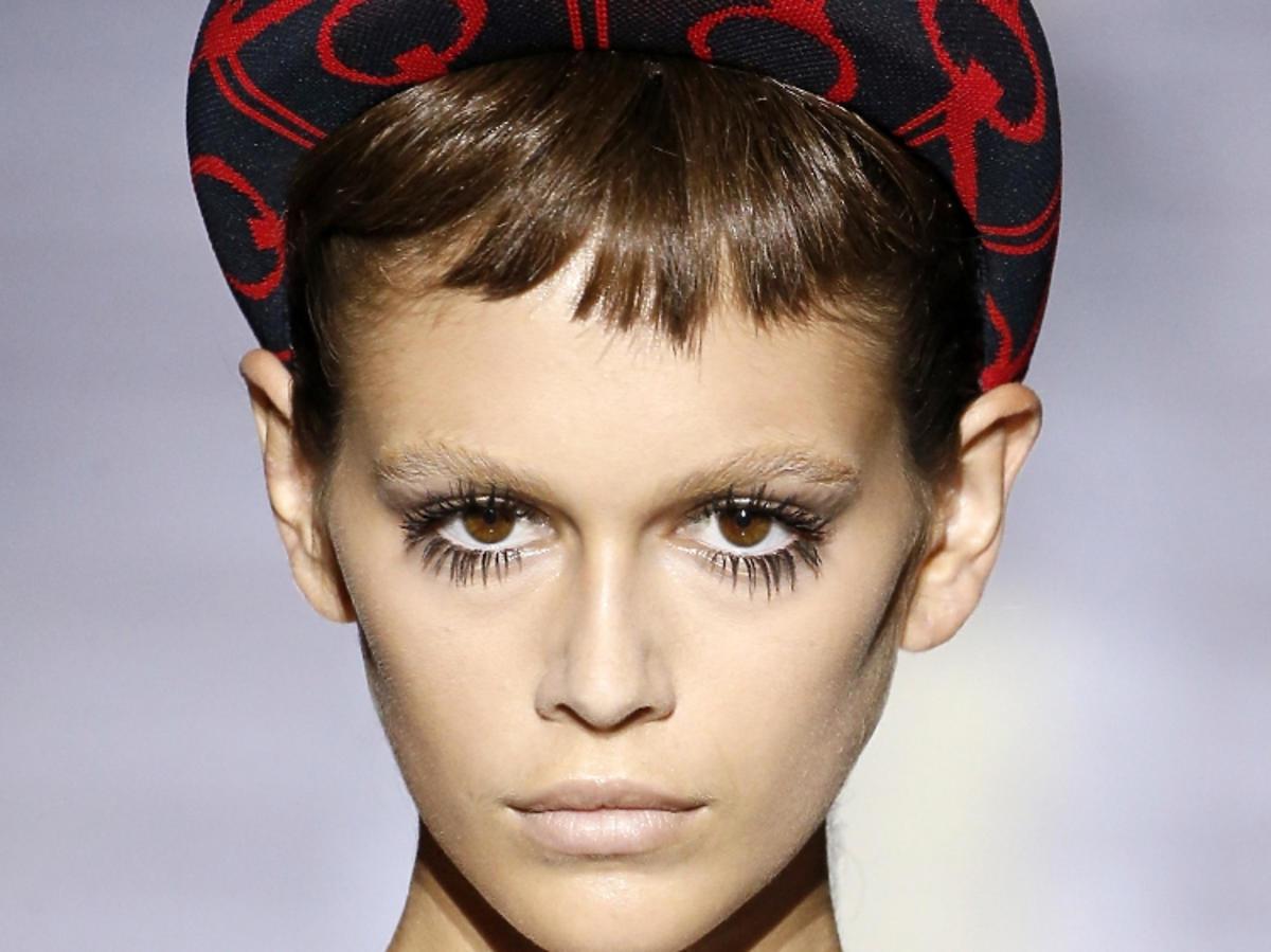Makijaż trendy na wiosnę 2019 - pokaz Prada, długie rzęsy