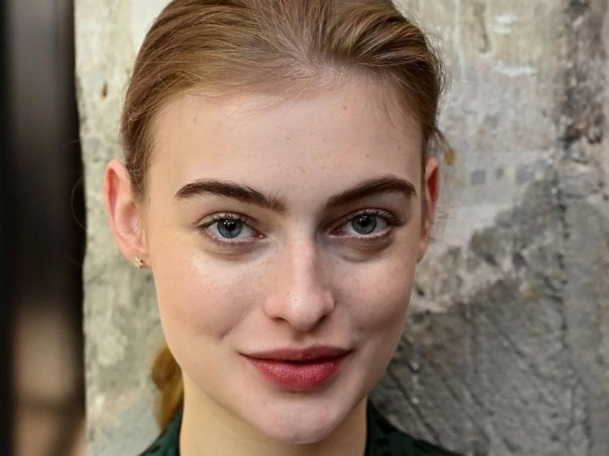 Modelka w naturalnym makijażu