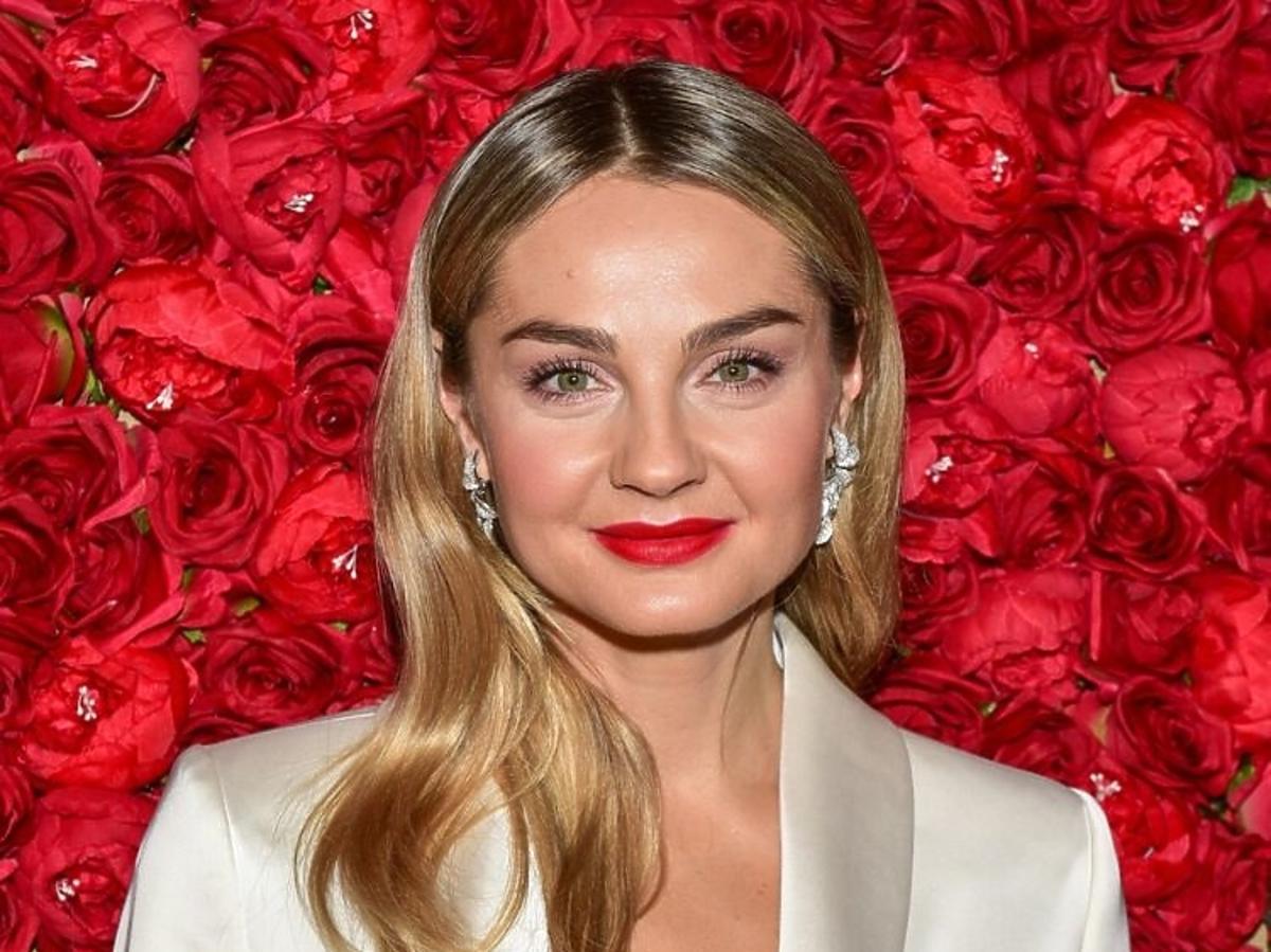 Najlepszy makijaż na świąteczne spotkania: czerwone usta i rozświetlona cera /Małgorzata Socha