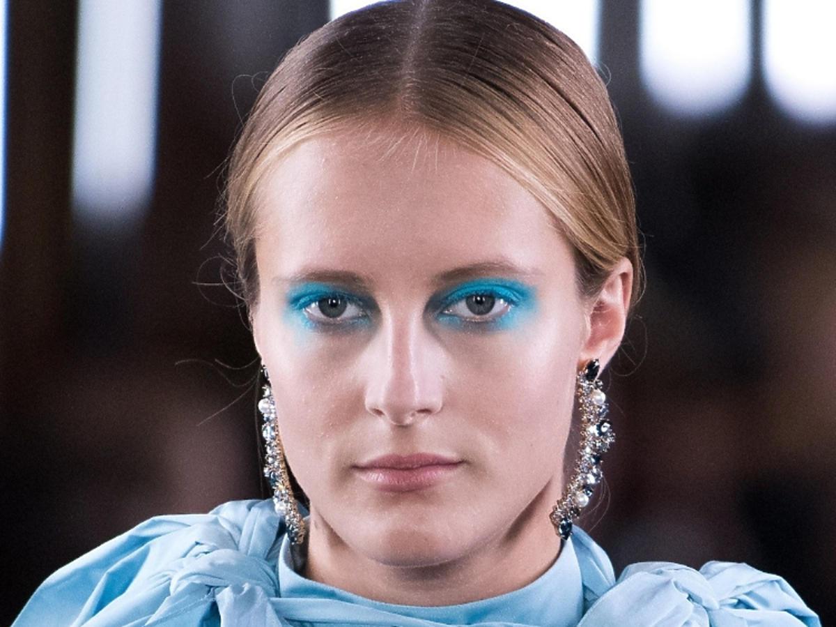 Niebieski makijaż oczu wiosna 2019 Erdem