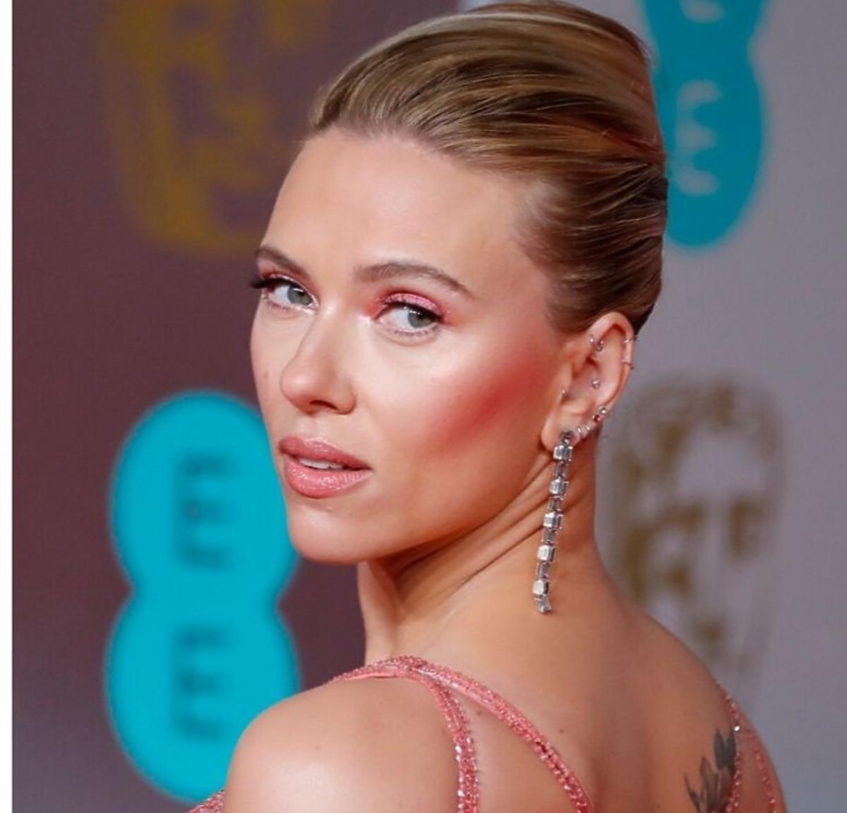 Różowy makijaż oczu: Scarlett Johansson