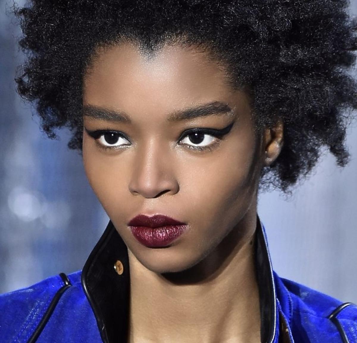 Trendy w makijażu na jesień 2019: usta w kolorze bakłażana /Louis Vuitton