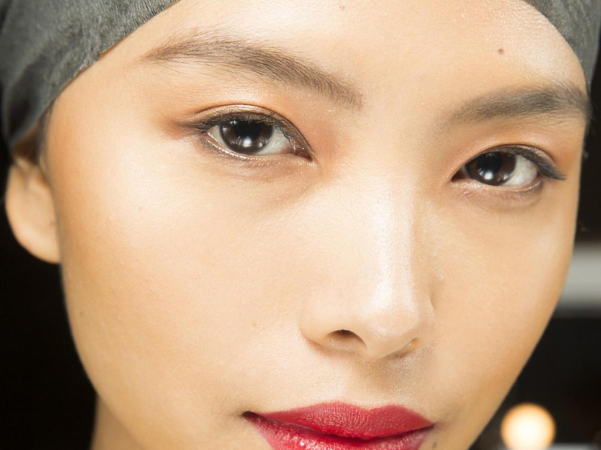 Trendy w makijażu na wiosną 2019: lśniące usta/Cushnie