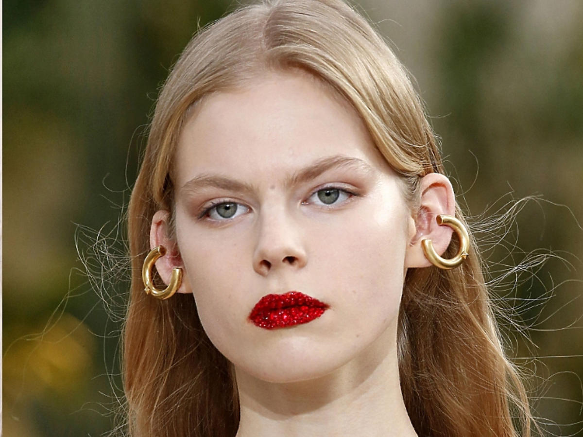 Trendy w makijażu na wiosną 2019: lśniące usta/Valentino