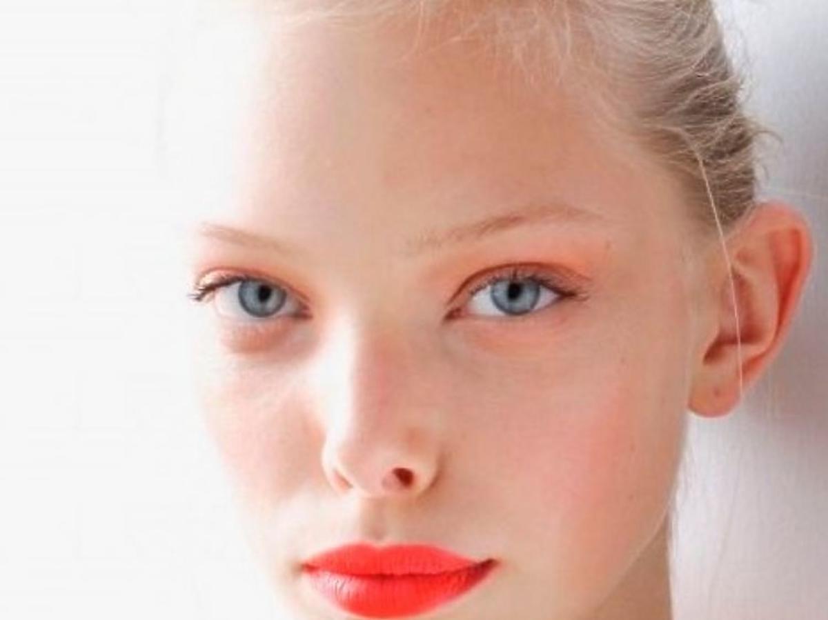 Trendy w makijażu na wiosnę 2019: koralowe usta