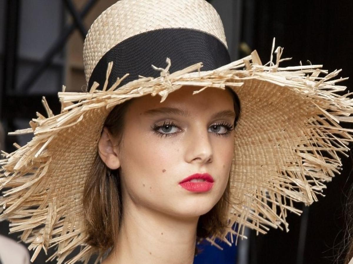Trendy w makijażu na wiosnę 2019: koralowe usta /Chanel