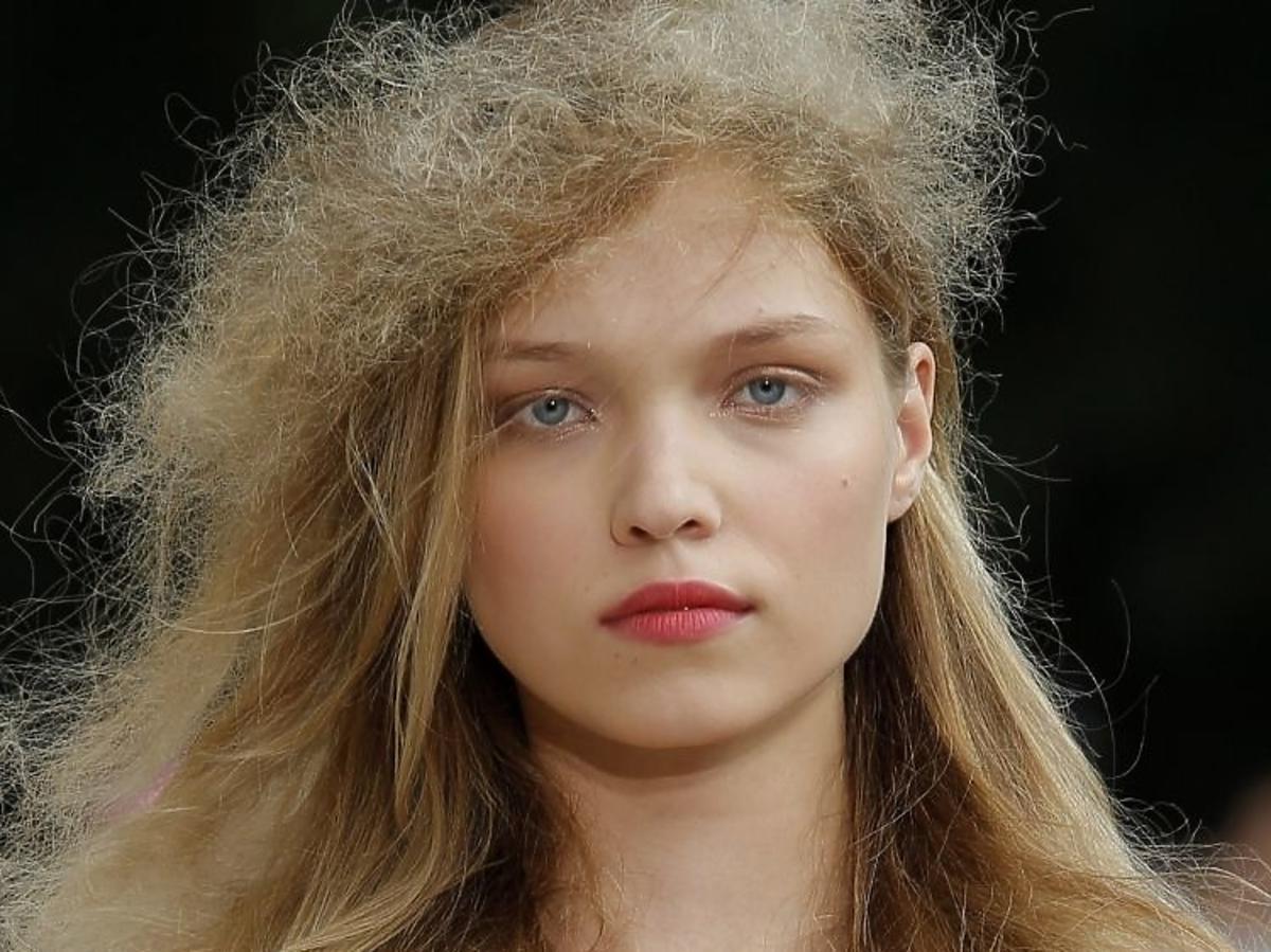 Trendy w makijażu na wiosnę 2019: koralowe usta /Luisa Beccaria