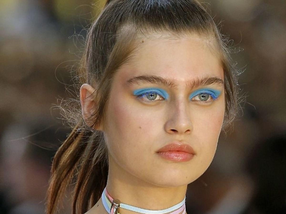 Trendy w makijażu na wiosnę 2019: niebieskie oko/Byblos