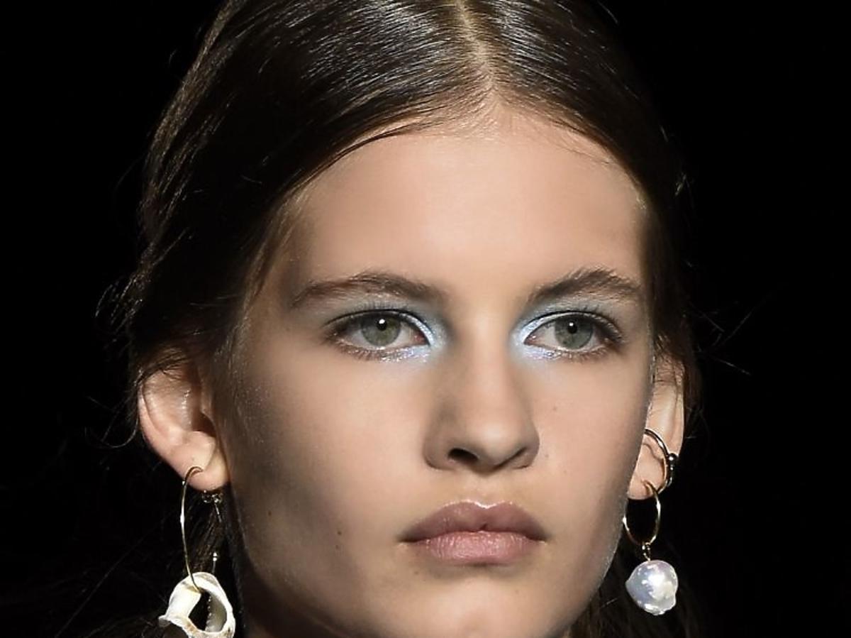 Trendy w makijażu na wiosnę 2019: niebieskie oko/Missoni