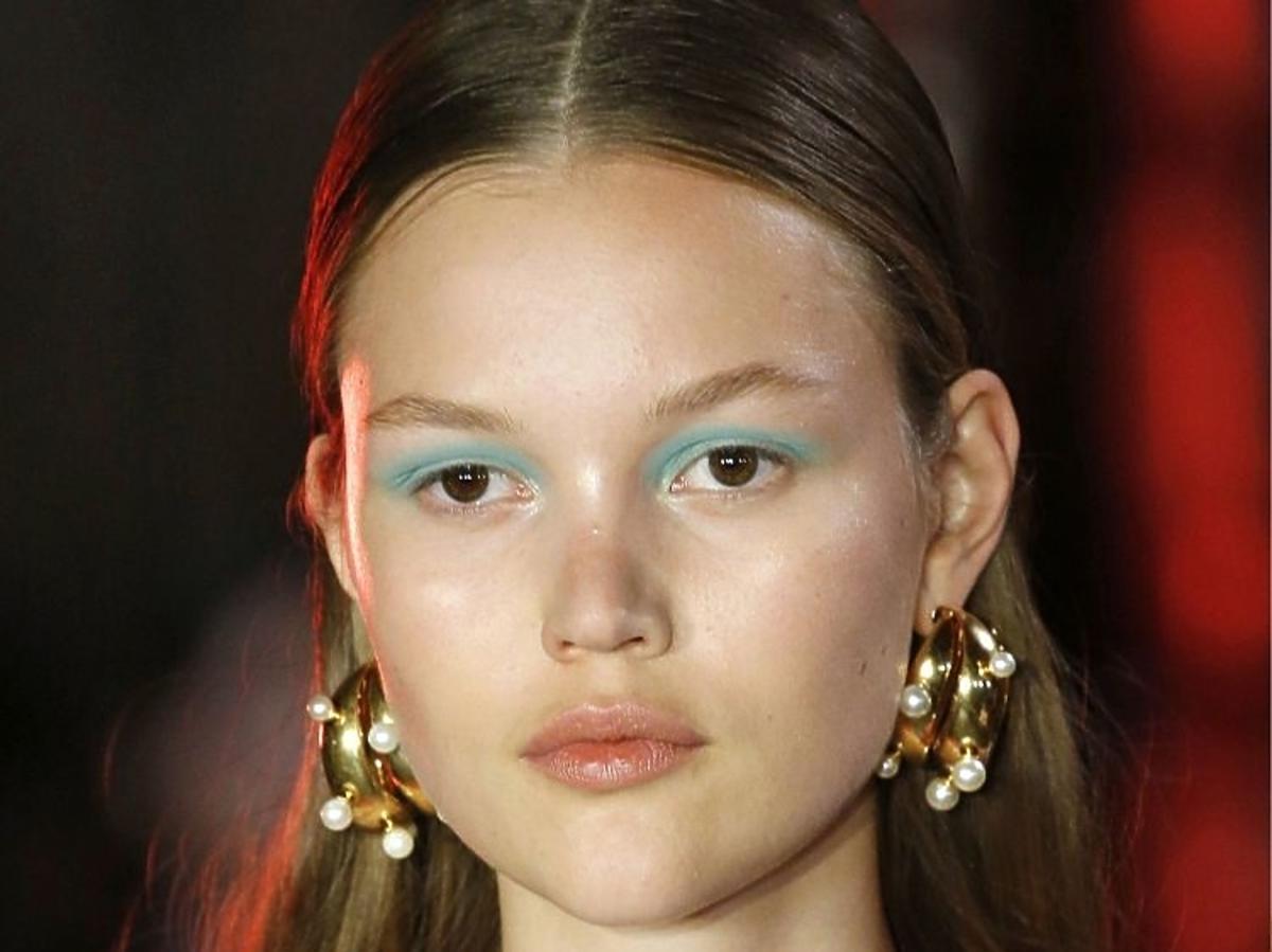 Trendy w makijażu na wiosnę 2019: niebieskie oko/Peter Pilotto