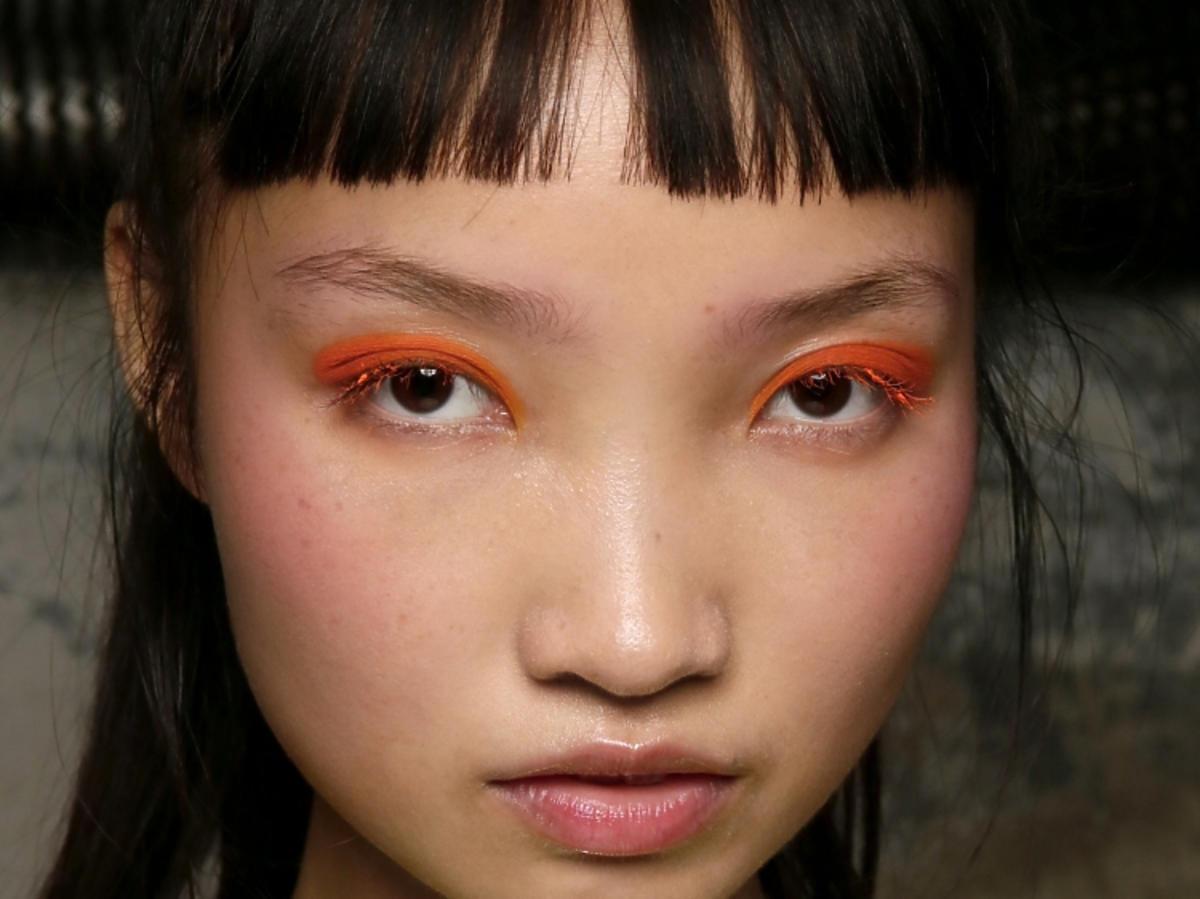 Trendy w makijażu na wiosnę 2019: pomarańczowe oko/Byblos